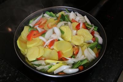 Preparación de patatas a lo pobre con bacon y huevos
