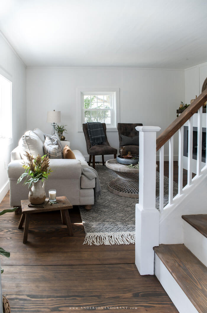 Take a tour of this modern farmhouse all decorated for fall with neutral colors and pops of gold.