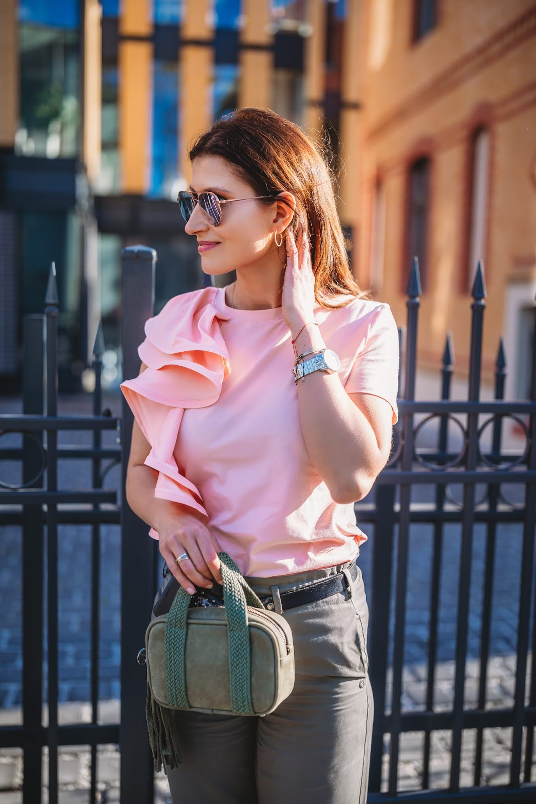 Bluzka z mega falbaną w codziennej stylizacji