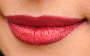 Cara alami membuat bibir merah merona