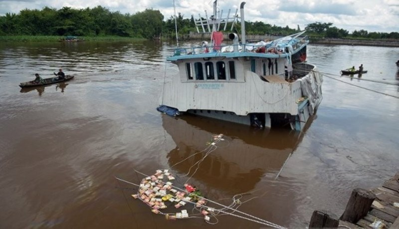 Warga Jarah Kapal Tenggelam yang Mengangkut Bahan Sembako, Kerugian Rp 4 Miliar