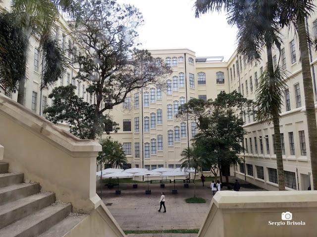 Vista ampla do átrio da Faculdade de Medicina da USP - Cerqueira César - São Paulo