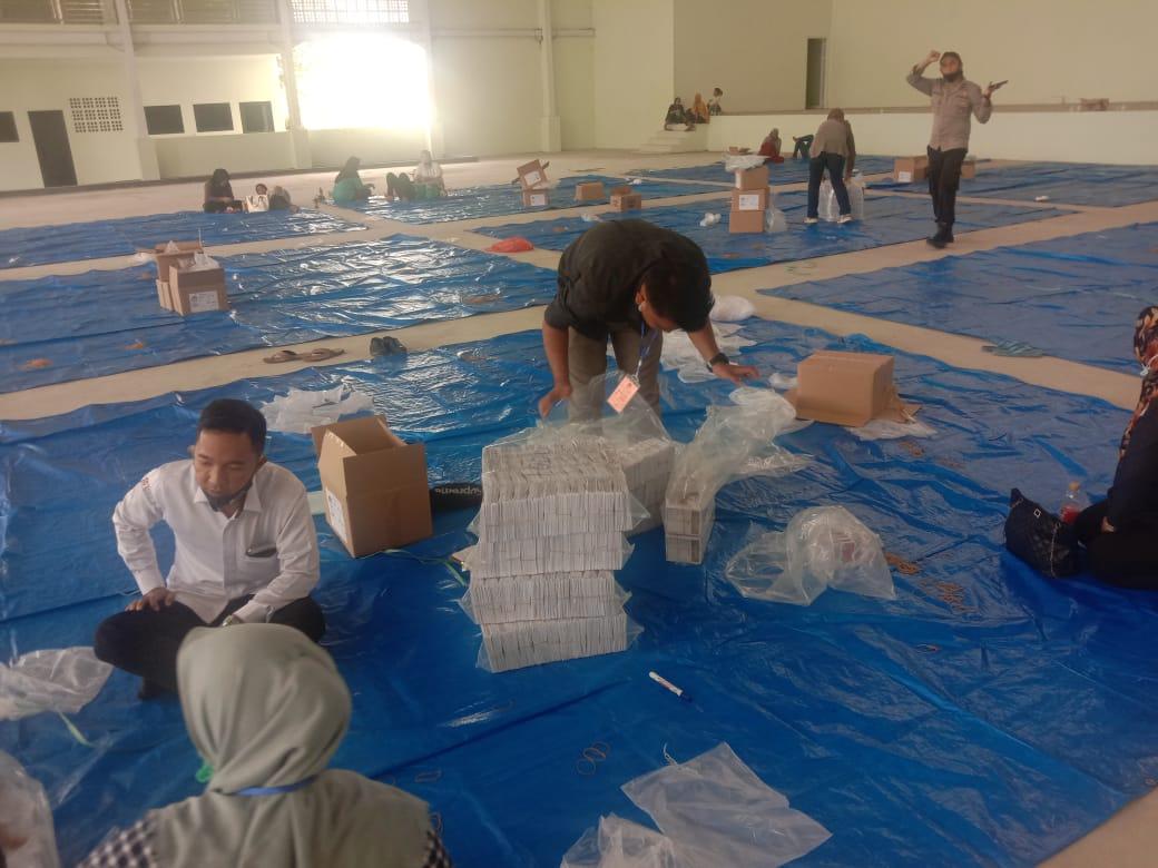 KPUD Labuhanbatu Libatkan 111 Tenaga Relawan Untuk Melakukan Pelipatatan Kertas Surat Suara