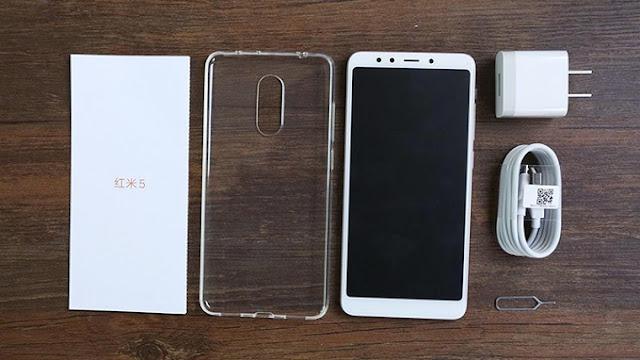 Điện thoại Xiaomi Redmi 5 và các phụ kiện đi kèm