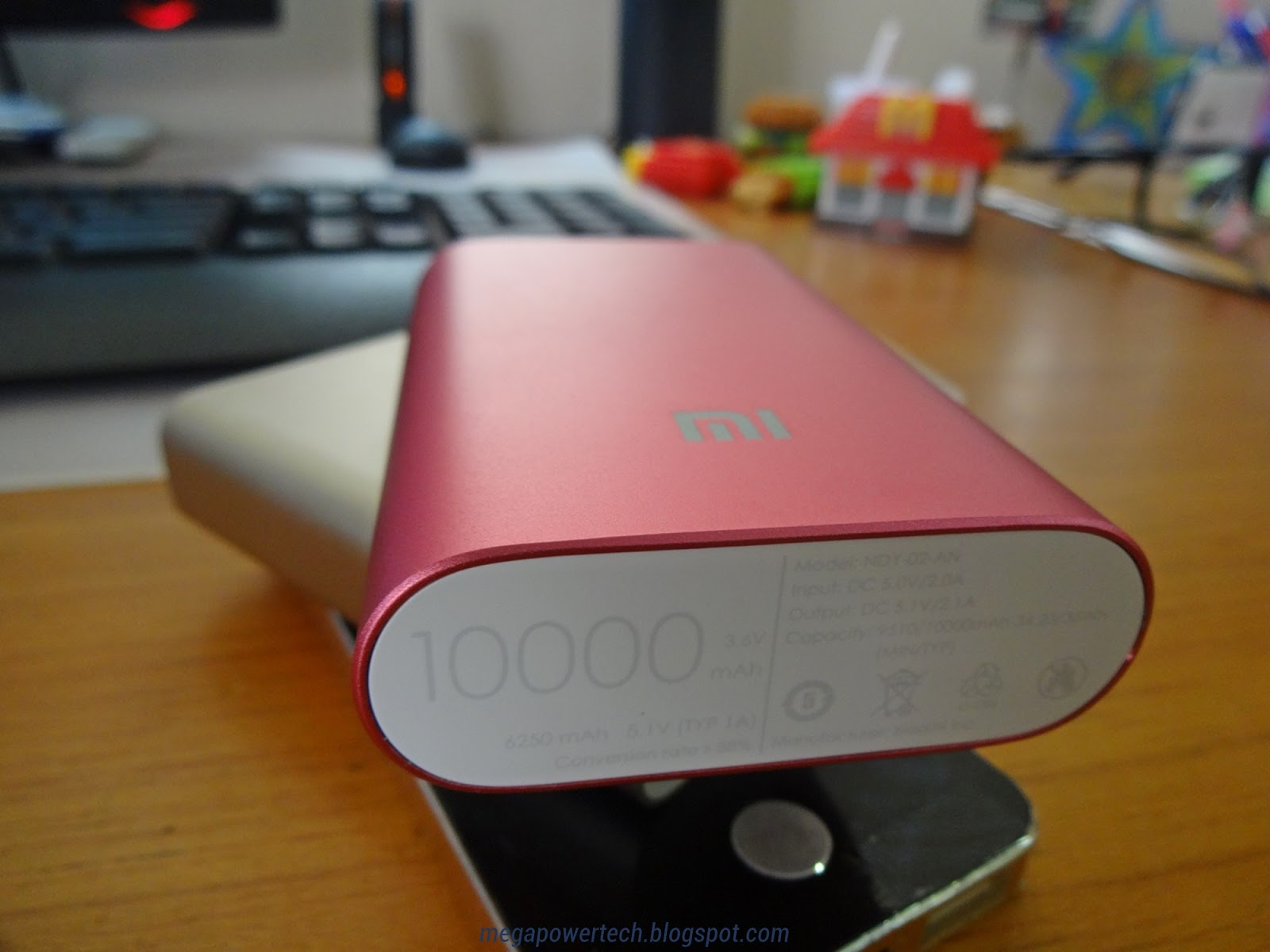 Hands On With Xiaomis Credit Card Sized 10000mah Power Bank In Red Xiaomi Powerbank The Front Side Of Mi Features Branding Alongside Color Also Notice That Edges Are Chamfered
