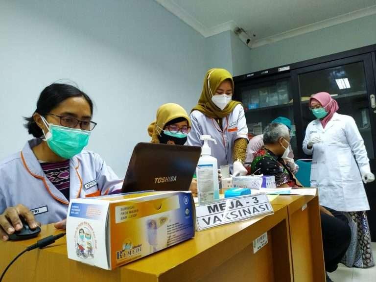 Ratusan Nakes Antusias Jalani Penyuntikan Dosis Kedua Vaksin COVID-19