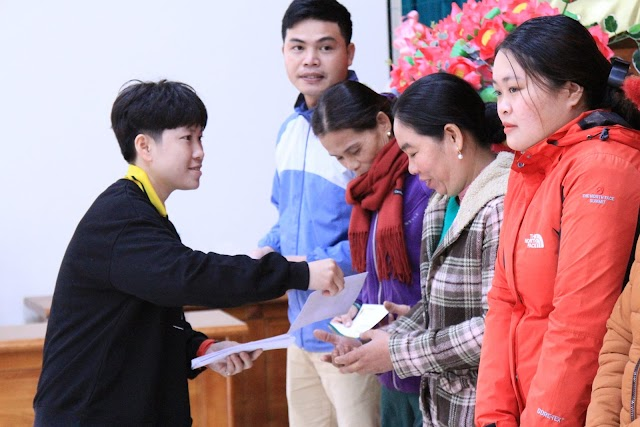 Ngọc Hoa, Kim Liên, Kim Thanh tặng quà Tết cho người nghèo ở Quảng Trị