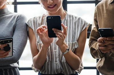 kolege-na-poslu-vise-telefoni