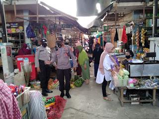 Jaminkan Keamanan Pengunjung, Kapolsek Enrekang Pimpin Personil Polsek Enrekang Patroli Pasar Sentral Enrekang