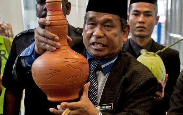 Raja Bomoh Mahu Usir 'Makhluk Halus' Di Banglo Lim Guan Eng