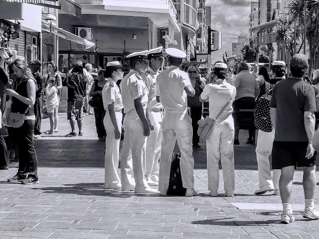 Un grupoi de marinos en la peatonal de Mar del Plata.