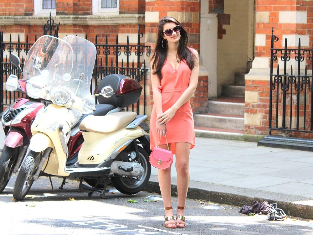 peexo fashion blogger wearing coral dress and mini bag and gold block heels