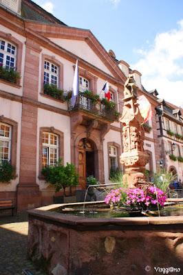 La Fontana e l'Hotel de Ville di Ribeauvillé