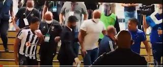 """Expulsos de partida, Pottker diz que Hulk """"transa com a mulher dos outros"""" e jogador paraibano rebate: """"covarde"""""""