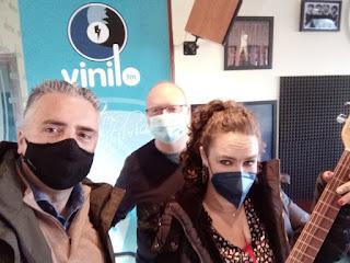 Julen Ugalde y Monica posando en Vinilo FM