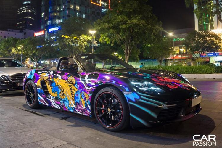 Dân chơi Sài Gòn chi 50 triệu dán cá Koi lên Porsche 718 Boxster