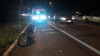 Colisão entre carro e moto deixa duas pessoas feridas na BR-230