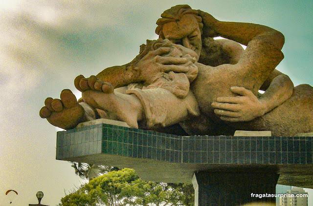 """O Beijo"", escultura de Victor Delfín em Miraflores, Lima"