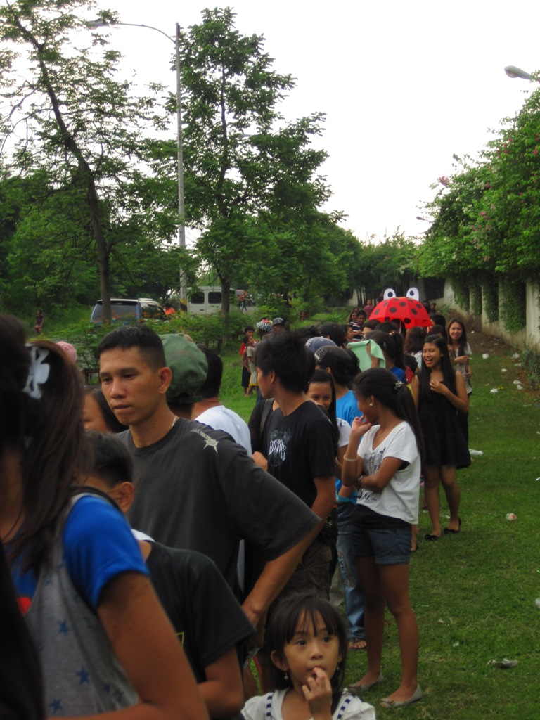 Humor in queue – a queue to pay respect to the king of humor and happiness – Dolphy. (Photo by Bernard Eirrol Tugade)