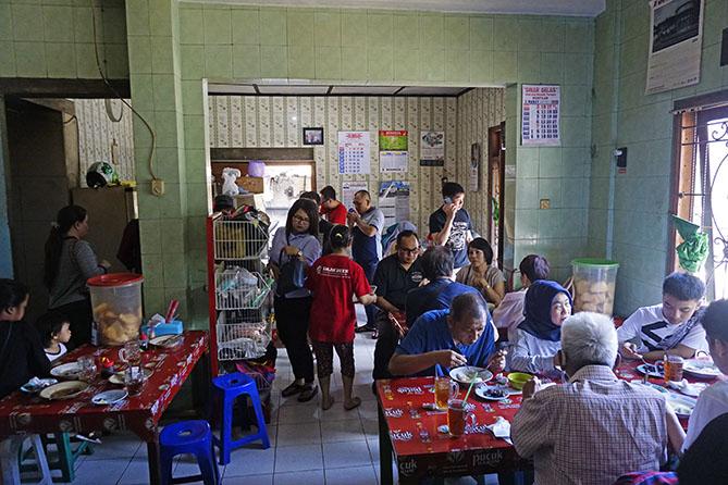 Pengunjung di warung Sop Empal Bu Haryoko
