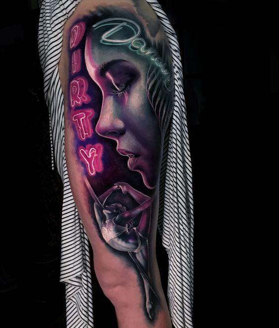 Espectacular tatuaje de perfil de mujer con letrero de neón