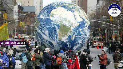 """ودع العالم الأسبوع الماضي سنة 2020 العصيبة، والتي شهدت تفشي فيروس كورونا ومعاناة الدول اقتصاديا وصحيا، مما جعل الكثيرين مترقبين لما ستحمله السنة الجديدة، آملين بتحسن للوضع العام حول العالم.  ولكن مع دخولنا العام الجديد، لابد من الالتفات لأبرز المخاطر التي تهدد 2021، والتي اختارها تقرير صادر من مجموعة """"يورآسيا"""" الأميركية المختصة بتقييم المخاطر السياسية في العالم.  الانقسام الأميركي حول بايدن  بعد انتخابات أميركية """"طاحنة""""، اختارت الولايات المتحدة جو بايدن رئيسا جديدا لها، لكن قرابة نصف مواطني البلاد، من أنصار دونالد ترامب، لا يعتقدون بأن بايدن هو الرئيس الشرعي للبلاد.  الانقسام الكبير في الولايات المتحدة قد يخلق فوضى غير مسبوقة في 2021، وبالرغم من أنها شأن محلي، إلا أن تأثير السياسة في الولايات المتحدة على العالم أمر مفرغ منه.  كوفيد الممتد  على الرغم من بدء عام جديد، إلا أن فيروس كورونا المستجد مستمر، وسيستمر في التأثير على الحياة اليومية في جميع أنحاء العالم.  اللقاحات المضادة حفزت الأمل على مستوى العالم، إلا أن التقرير يشير إلى أن بدء التطعيمات بحد ذاته سيسبب مشاكل طوال عام 2021، إلى جانب الدين العام الضخم.  وفقا للتقرير، فإن معدلات التعافي المختلفة لدول العالم، وبين الأجزاء المختلفة داخل البلد الواحد، قد تثير غضبا عاما، وقد تنبئ بشفاء أسرع للدول الغنية من الدول الفقيرة، مما يخل بالتوازن العام.  منافسة المناخ  وفقا للتقرير، في عام 2021، سينتقل المناخ من ساحة تعاون عالمي إلى ساحة منافسة عالمية. ومع التزام اليابان وكوريا الجنوبية والاتحاد الأوروبي وبريطانيا والصين وكندا بموازنة انبعاثات الكربون بحلول منتصف القرن، والتزام الرئيس الأميركي المنتخب جو بايدن بالانضمام إلى اتفاقية باريس في اليوم الأول من إدارته، سيتنافس قادة العالم على قيادة محادثات المناخ. الرئاسة المناخية ستكون موضوعا حقيقيا هذا العام، وستخلق انشقاقات بين دول العالم الكبرى، وفقا للتقرير.  التوتر الصيني-الأميركي  على الرغم من الإدارة الأميركية الجديدة، ستظل العلاقات بين الولايات المتحدة والصين متوترة في عام 2021، حيث سيكون لدى القوتين العالميتين """"منافسة لعلاج العالم من كورونا، وأخرى لجعله صديقا للبيئة"""".   قد تستخدم إدارة الرئيس المنتخب جو بايدن سياسات جديدة في تعاملها مع الصين، وتجنيد الحلفاء و """"البحث عن """