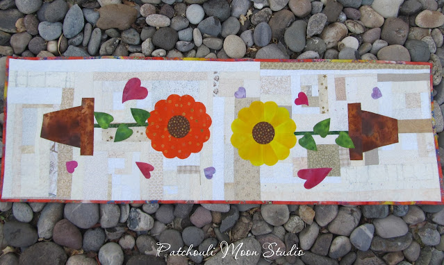 Table Runner Dresden Plate sunflowers in pots on Scrappy background with scattered applique hearts