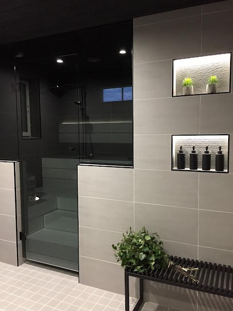 harmaa pesuhuone, kylpyhuoneen penkki, musta penkki, saunan lasiseinä, lasiseinä, musta pumppupullo, vihta, lasitehdas.com