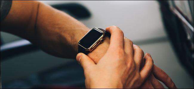 رجل يستخدم Apple Watch على متن طائرة.