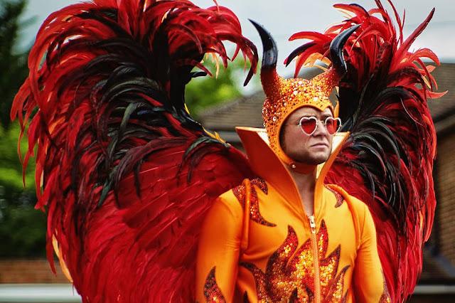 Elton John com fantasia carnavalesca