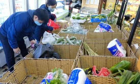 Hà Nội đêm 6/3: Người đổ xô mua đồ tích trữ, người lo lắng đưa gia đình 'di tản'