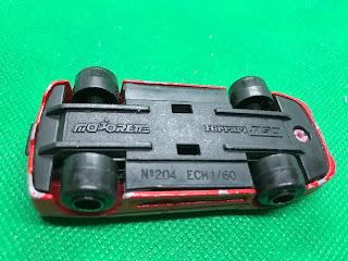 フェラーリ F50 のおんぼろミニカーを底面から撮影