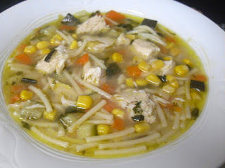 Sopa de pollo con verduras, fideos y maíz