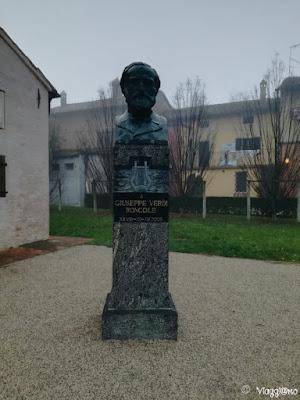 Busto di Giuseppe Verdi davanti alla sua Casa Natale