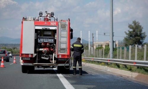 Το όχημα στάθμευσε και άμεσα έφτασαν δύο οχήματα της Πυροσβεστικής και πέντε άνδρες.