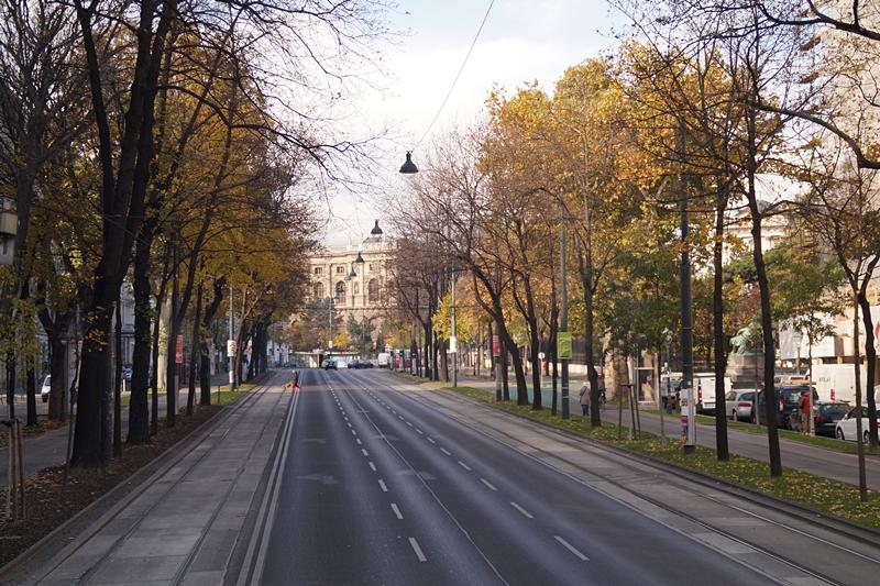 Stadtrundfahrt am Burgring in Wien im Herbst