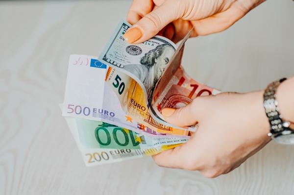 Mulher contando dinheiro finanças pessoais spread bancário
