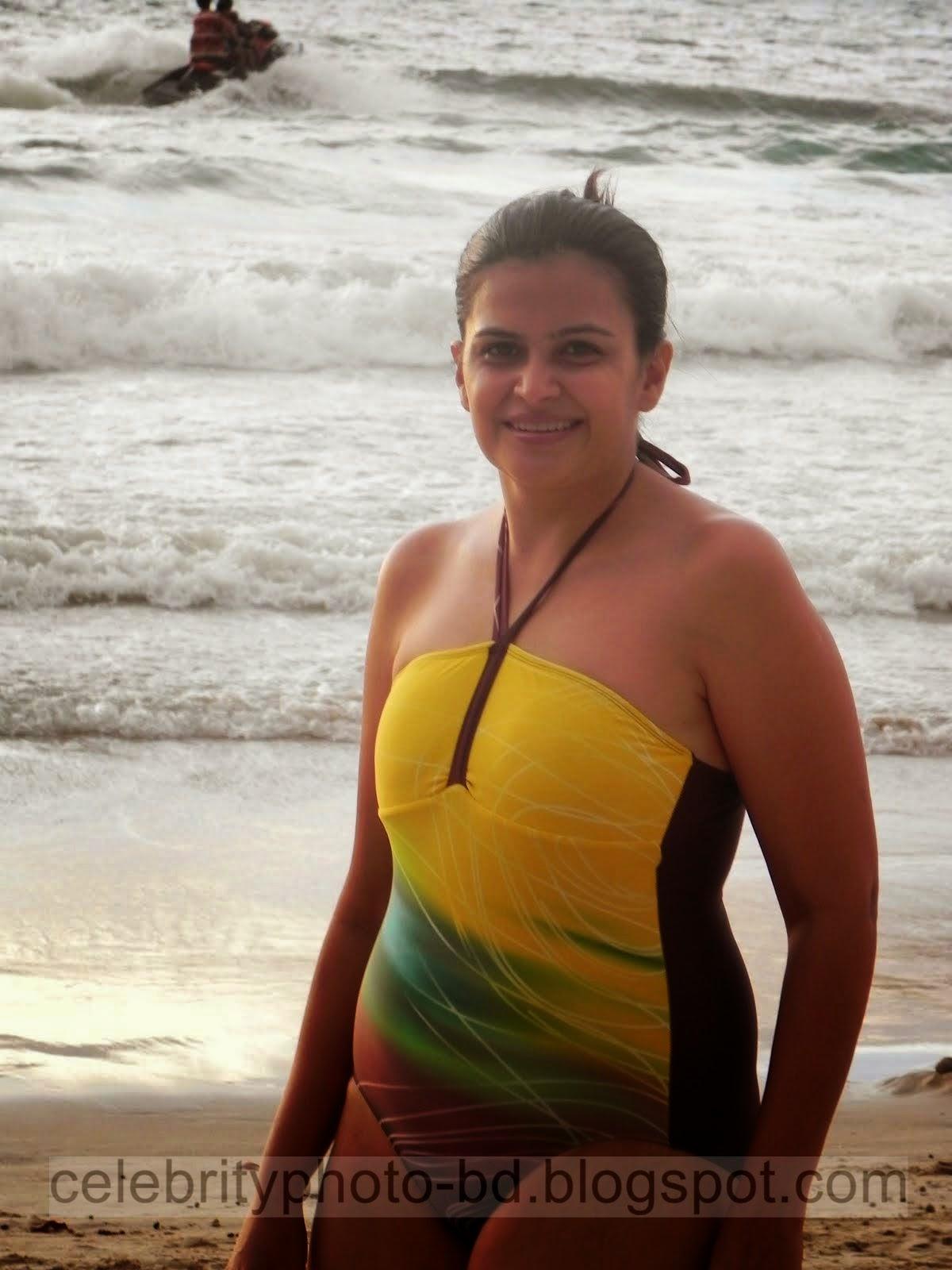 Indian girls Wear Bikini Dress in beach photos (07 Pics)