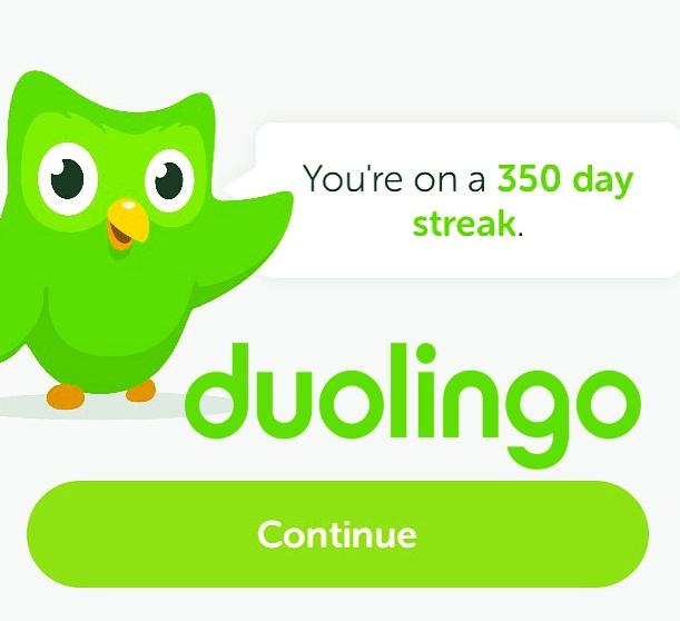 Duolingo هو موقع ويب وتطبيق للهواتف المحمولة والأجهزة اللوحية (iOS و Android و Windows Phone) ، ولكن أيضًا عبر الإنترنت من خلال متصفح WEB ، على الكمبيوتر ، لتعلم اللغة مجانًا. تم تصميمه بطريقة تساهم المستخدمين الذين يتقدمون في تعلمهم في ترجمة صفحات الويب 2. تستخدم هذه الخدمة التعهيد الجماعي للترجمة النصية.