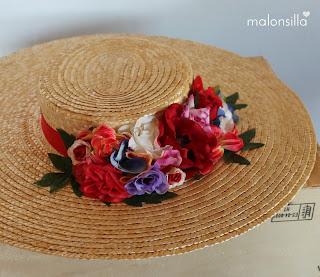 Canotier ala ancha con flores en tonos rojos