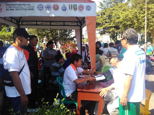 Camat Tanggul & Ketua PDM Jember di stand Pemeriksaan Kesehatan Gratis Lazismu Jember