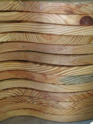 várias tábuas de madeira empilhadas
