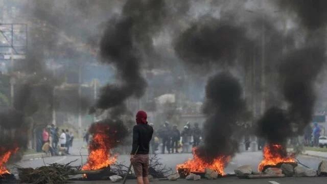 Quito amanece devastada por huella de protestas por ajustes económicos
