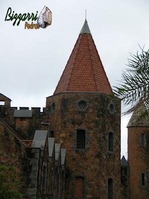 Detalhe da torre de pedra, na construção do castelo com pedra moledo.