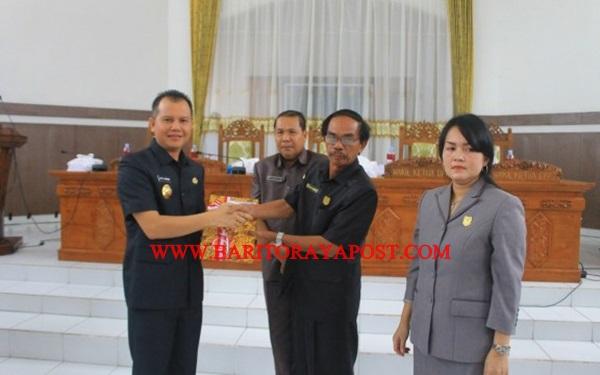 Bupati Gunung Mas Jaya S. Monong, SE, M.Si sampaikan Raperda APBD 2018