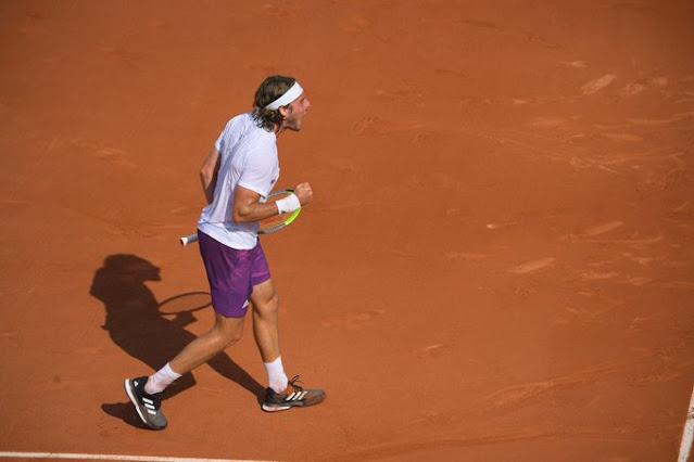 Stefanos Tsitsipas em quadra pela segunda rodada de Roland Garros