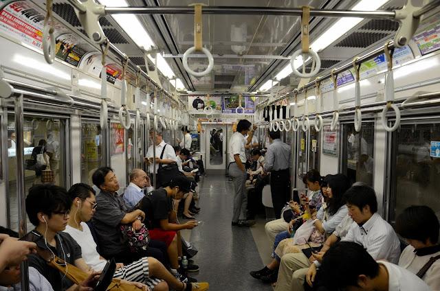 foto de gente en el metro de japón
