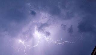Κεραυνός πέφτει σε μπαλκόνι σπιτιού στην Ηλεία. Βίντεο