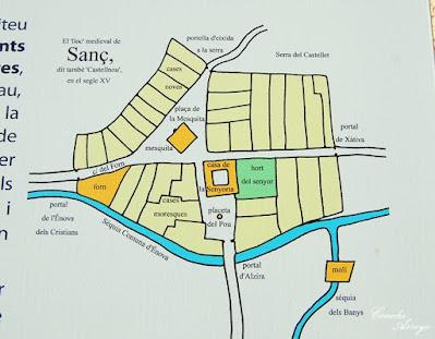 Panel informativo en la calle de L'Enova,que muestra la distribución de la población y la acequia en la época medieval-