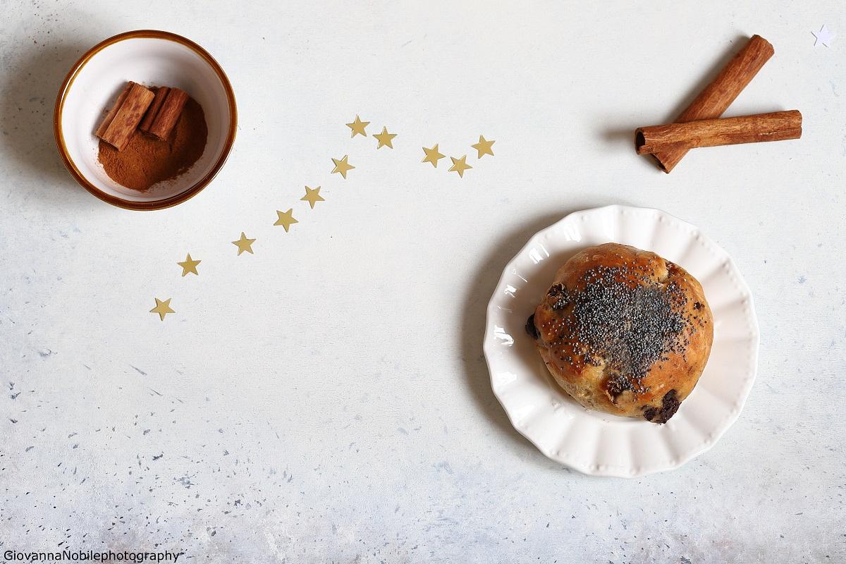 Panini con cannella, uva passa e cioccolato